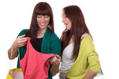 Young women with shopping bags buying clothes — Stockfoto