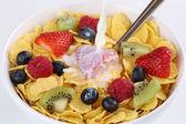 Leite despejando muesli de frutos — Fotografia Stock