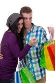 Joven pareja encontrar algo mientras que las compras — Foto de Stock