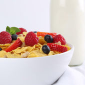 Fresh fruits with milk and cornflakes for breakfast — Stockfoto