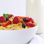 Fresh fruits with milk and cornflakes for breakfast — Zdjęcie stockowe