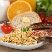 西红柿炒鸡蛋、 香肠和水果一起吃早餐 — 图库照片