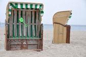 Zadaszony wiklinowe krzesła plaży — Zdjęcie stockowe