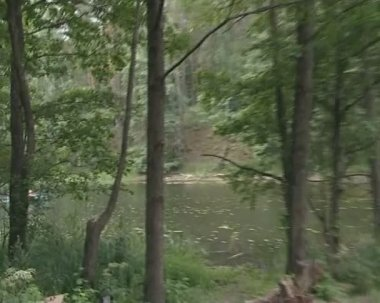 Muži a ženy zachycen deště v lodi při plavbě podél řeky. — Stock video