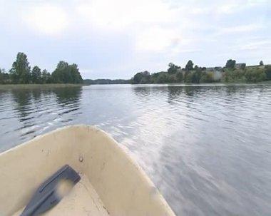 Mostra da passando motor boat.beautiful paesaggio di cielo e lago — Video Stock
