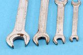 Conjunto llave tamaño tornillo herramientas en azul — Foto de Stock