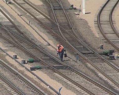 L'uomo alla ricerca dopo i binari e un treno in esecuzione. — Video Stock
