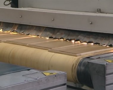 Floorboad produktion i industriell fabrik. modern teknik. — Stockvideo