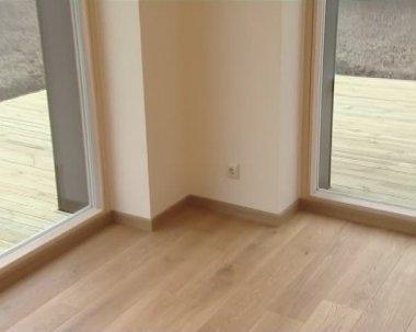 Nieuw gebouwde huis met grote ramen geconfronteerd met de binnenplaats. — Stockvideo
