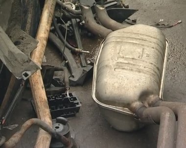 Automobile parts in dump. silencers, wheels and other parts. — Vídeo de stock