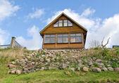 Granja de madera casa colina piedra azul cielo nublado — Foto de Stock