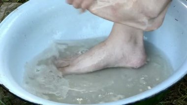 Man wash legs bowl — Stock Video