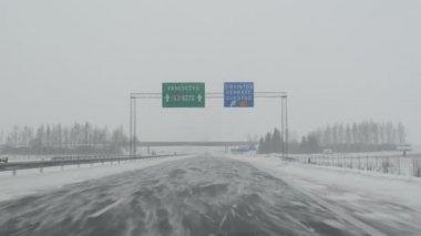 Samochód jazdy śniegu blizzard — Wideo stockowe