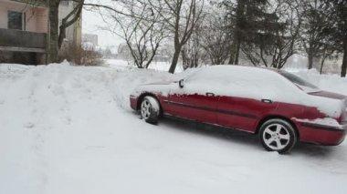 Nieve caída de aparcamiento — Vídeo de Stock
