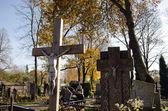 Crucifix croix automne de pierre tombale cimetière jesus — Photo