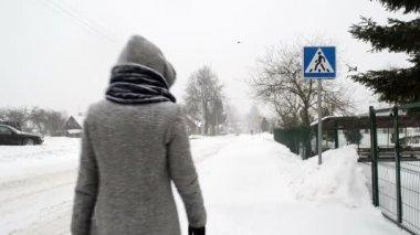 Kvinna korsa gatan vinter — Stockvideo