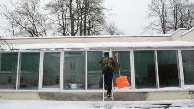 Neve limpa do homem escada — Vídeo stock