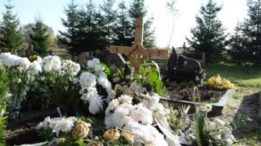 New grave flowes cross — Stock Video