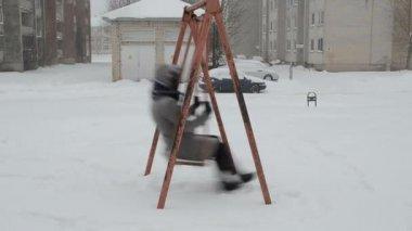 Woman swing snowstorm — Stock Video