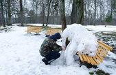 Man sneeuw olifant figuur park bench winter — Stockfoto
