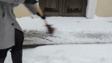 Kobieta zamiatacz zima śnieg — Wideo stockowe