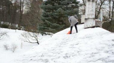 Frau sauber schnee dach — Stockvideo