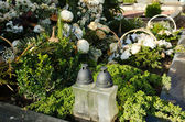 Cimetière de grave bougie verre fleur couronne couronne — Photo