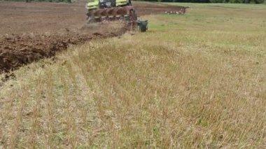 Tractor plow field stork — Stock Video