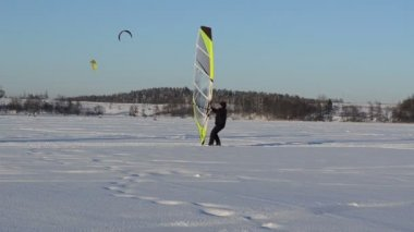 Ice sailing surfing kiteboard winter Galves lake Trakai — Stock Video