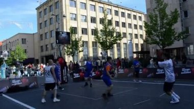 Players play basketball in outdoor snickers tournament 3x3 — Stock Video