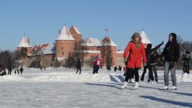 Active winter sport skate ice frozen lake castle fort trakai — Stock Video