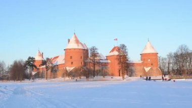 Beautiful sunset Trakai castle snow tourists leisure — Stock Video