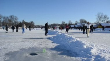 Active recreate winter sport skate ice frozen lake castle — Stock Video