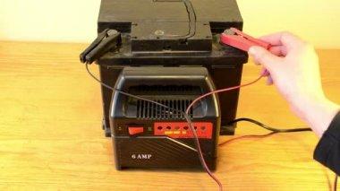 ładowania samochodów baterii strony domu odłączyć ładowarkę zacisk akumulatora — Wideo stockowe