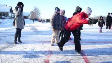 Winter recreation play eisstock curling game Trakai castle — Stock Video