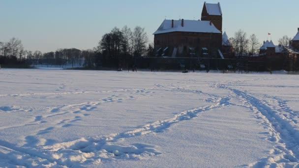 Paire motoneige transport galves lac trakai fort hiver — Vidéo