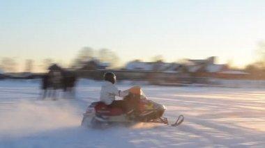 ドライブのスノーモービル トランスポート ガルベス湖トラカイ冬 — ストックビデオ