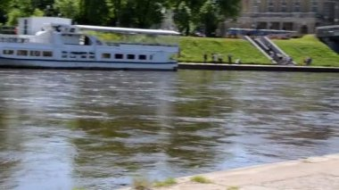 维尔纽斯市中心片段。系泊的内里斯河流量船 — 图库视频影像