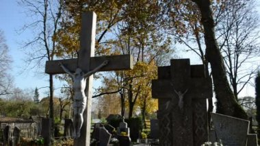 Cross crucified jesus stone monuments rural autumn graveyard — Stock Video