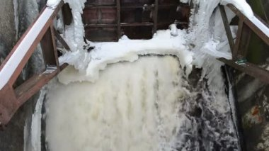 Water stream flow retro dam construction ice snow winter — Stock Video