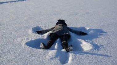 Woman angle silhouette shape winter snow — Stock Video
