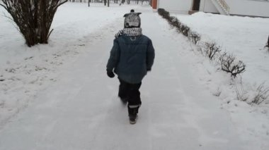 Children go to nursery snow path and leave their footmark — Stock Video