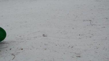 冬の日少女雪に山ダウン スライド パッドで歩く — ストックビデオ