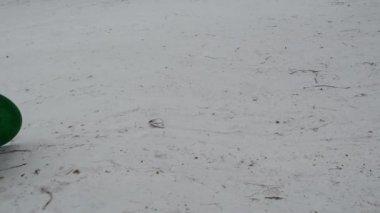 Journée d'hiver petite fille marcher avec bloc de neige pour dévaler la montagne — Vidéo