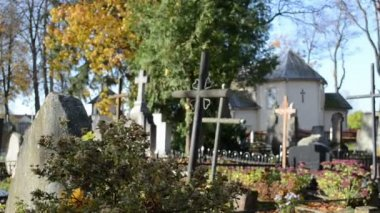 Blur focus rural cemetery cross church autumn tree smell death — Stock Video