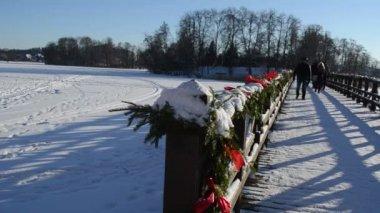 Wooden lake bridge christmas decoration walk winter — Stock Video