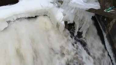 Water stream flow retro dam construction icycle snow winter — Stock Video