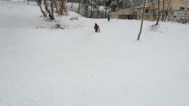 Enfants atteints haut la montagne et son frère sont prêts à faire glisser — Vidéo