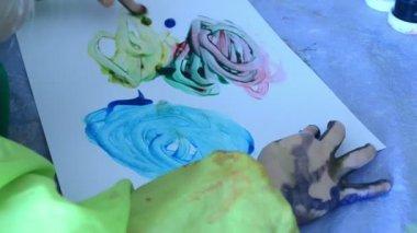 Garota de desenho com um dedo de plotagem bolas multicoloridas — Vídeo Stock