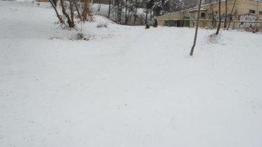 Slide de menino para baixo da montanha com irmã sledge correndo atrás dele — Vídeo Stock